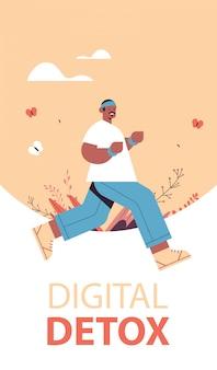 Afro-americano homem correndo cara gastando tempo sem dispositivos digitais desintoxicação conceito de estilo de vida saudável abandonando internet e redes sociais ilustração vetorial vertical de comprimento total