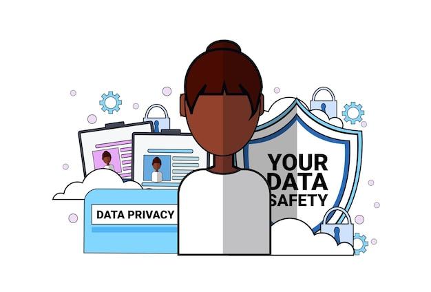 Agente de apoio de escudo de segurança de dados retrato de mulher africana