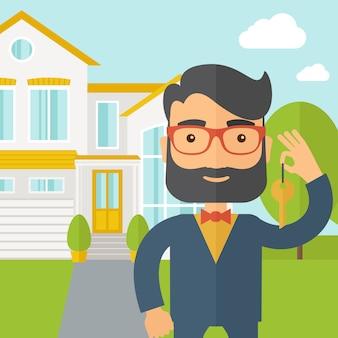 Agente imobiliário segurando uma chave na frente da casa