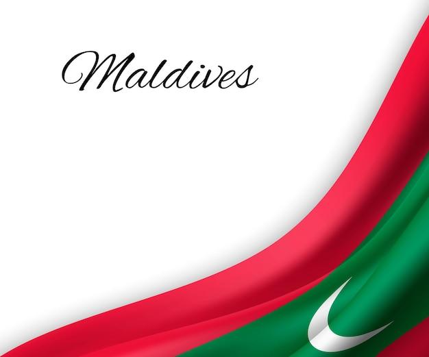 Agitando a bandeira das maldivas em fundo branco.