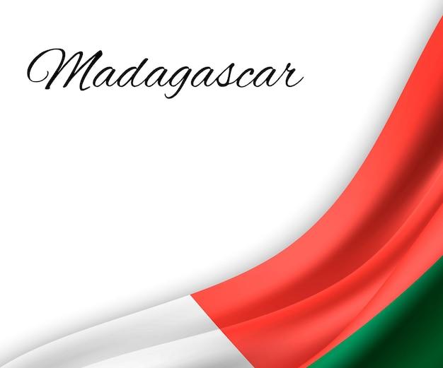 Agitando a bandeira de madagascar em fundo branco.
