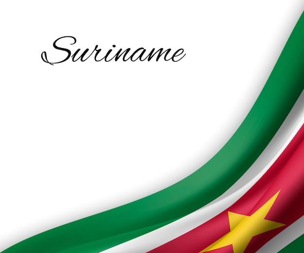 Agitando a bandeira do suriname em fundo branco.