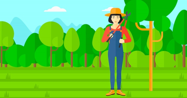 Agricultor com podador no jardim.
