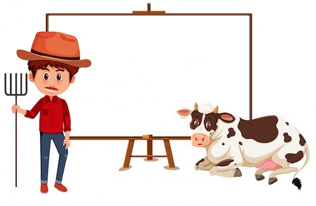 Agricultor e vaca com placa em branco no branco