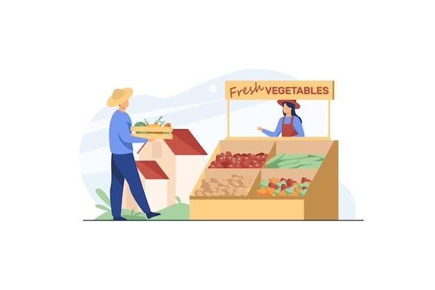 Agricultores felizes vendendo legumes frescos.