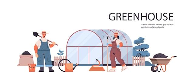 Agricultores uniformizados trabalhando em estufa, jardinagem, agricultura ecológica orgânica, conceito, horizontal, total, cópia, espaço, vetorial, ilustração