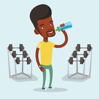 Água potável de homem desportivo.
