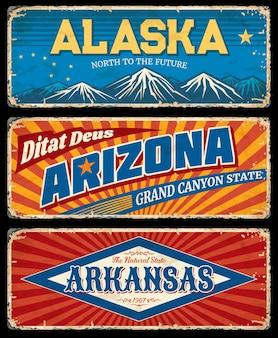 Alasca, arizona e arkansas indicam placas de metal retrô. os eua afirmam que a velha estrada canta, uma tabuleta enferrujada ou placas de sinalização gastas. picos de montanhas com neve, tipografia vintage de inscrição e textura de ferrugem