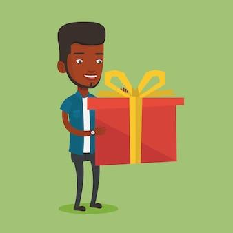 Alegre homem afro-americano, segurando a caixa com o presente.