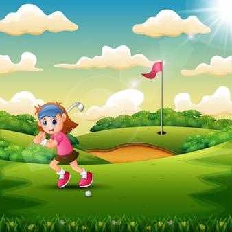 Alegre menina jogando golfe na quadra