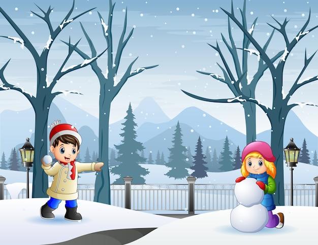 Alegre uma menina e um menino brincando de neve