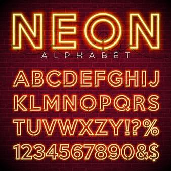 Alfabeto de néon brilhante no fundo da parede de tijolo escuro