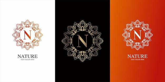 Alfabeto inicial da letra com modelo de logotipo de moldura floral de ornamento de luxo.