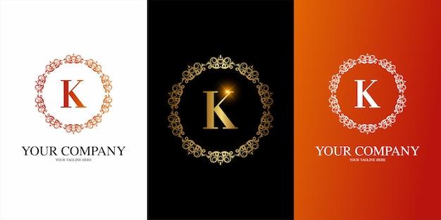 Alfabeto inicial da letra k com modelo de logotipo de moldura floral de ornamento de luxo. Vetor Premium