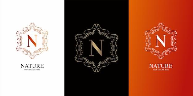 Alfabeto inicial da letra n com modelo de logotipo de moldura floral de ornamento de luxo.