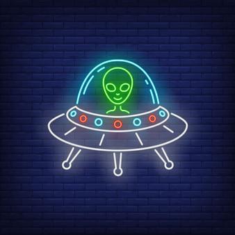 Alienígena em sinal de néon de disco voador