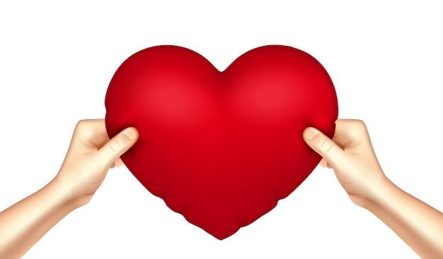 Almofada de coração nas mãos realista