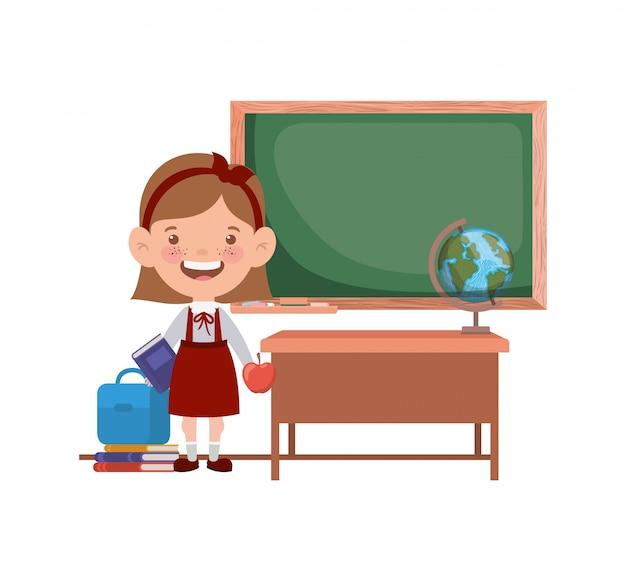 Aluna com material escolar na sala de aula