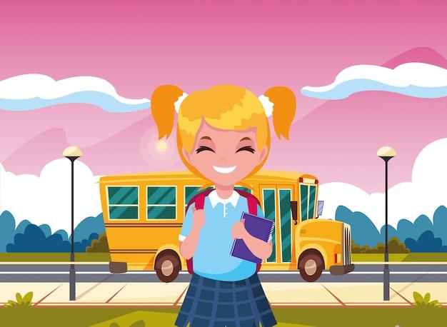Aluna com o ônibus de volta à escola