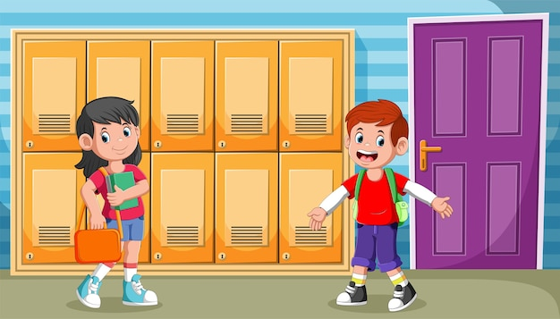 Aluno caminhando no corredor em frente à sala de aula
