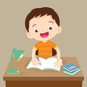 Aluno caucasiano sentado na mesa escrevendo para o dever de casa