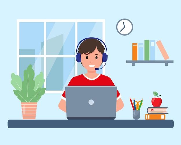 Aluno com laptop estudando online em casa, em um quarto perto da janela, fazendo lição de casa ou no computador