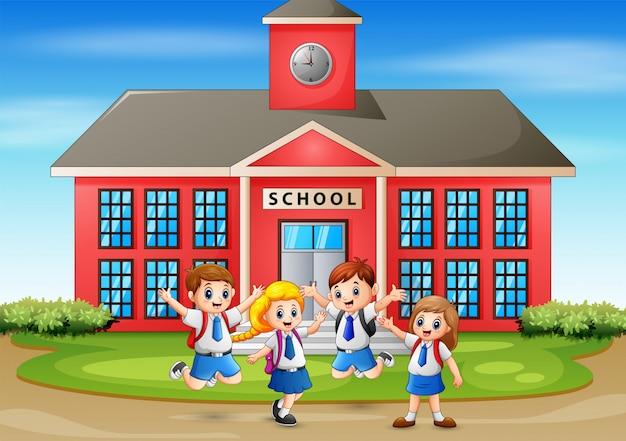Aluno feliz em frente ao prédio da escola