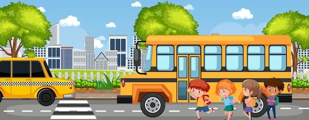 Aluno indo para a escola de ônibus escolar