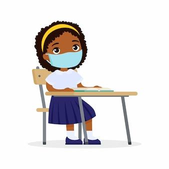 Aluno na aula com máscara protetora em seu conjunto de ilustrações de rosto plana. estudante de pele escura está sentada em uma classe escolar em sua mesa. proteção contra vírus, conceito de alergias.