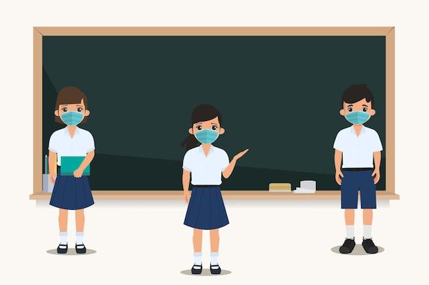 Aluno tailandês se distanciando em frente a um quadro-negro na sala de aula