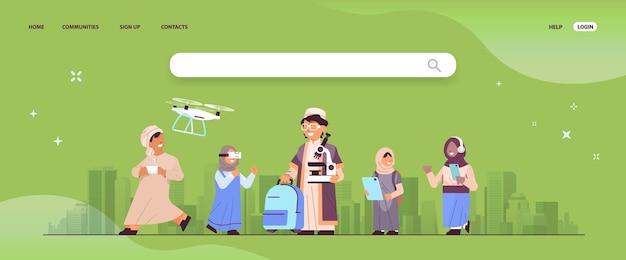 Alunos árabes usando dispositivos digitais alunos da escola árabe se divertindo com a paisagem urbana de fundo ilustração vetorial horizontal de comprimento total