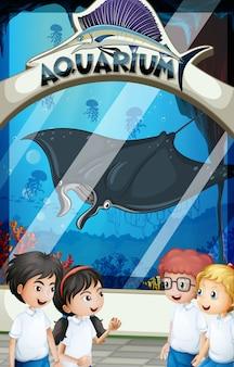 Alunos em uniforme visitando o aquário