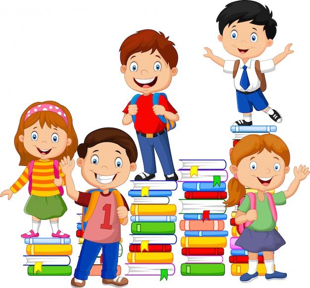 Alunos felizes brincando com pilha de livro