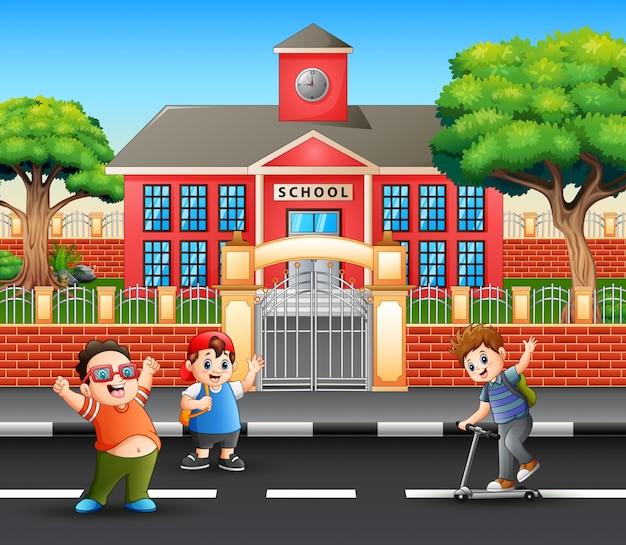 Alunos felizes indo para casa depois da escola