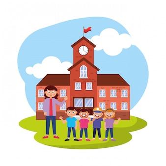 Alunos felizes, sorrindo, acenando a mão na escola