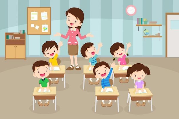Alunos levantando a mão e professor tendo aula.