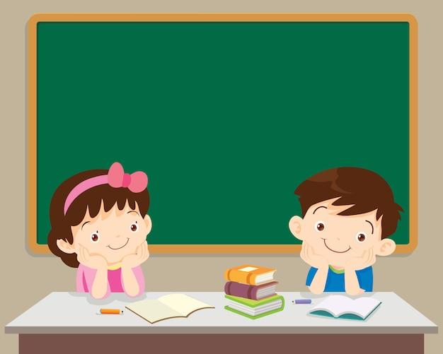 Alunos menino e menina sentada na frente do chockboard