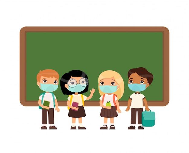 Alunos multiculturais com máscaras médicas em seus rostos. meninos e meninas vestidos com uniforme escolar em pé perto de personagens de desenhos animados do quadro-negro.
