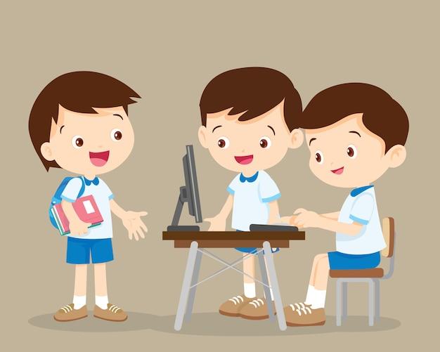 Alunos trabalhando com computador