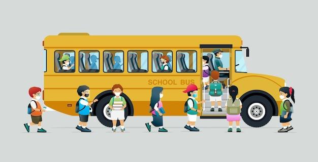 Alunos usando máscaras para prevenir infecções estão entrando em um ônibus escolar.