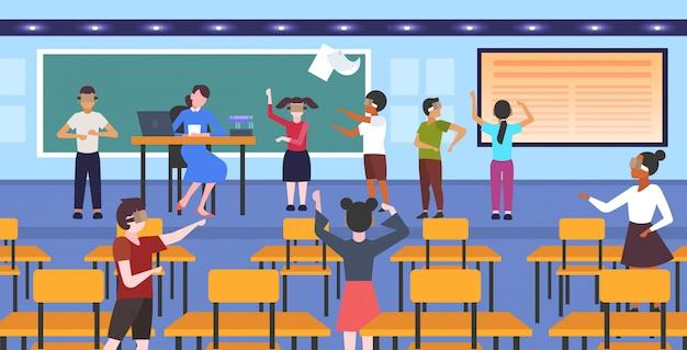 Alunos vestindo óculos 3d modernos alunos experimentando realidade virtual através do fone de ouvido durante a lição vr conceito de tecnologia digital escola interior da sala de aula horizontal