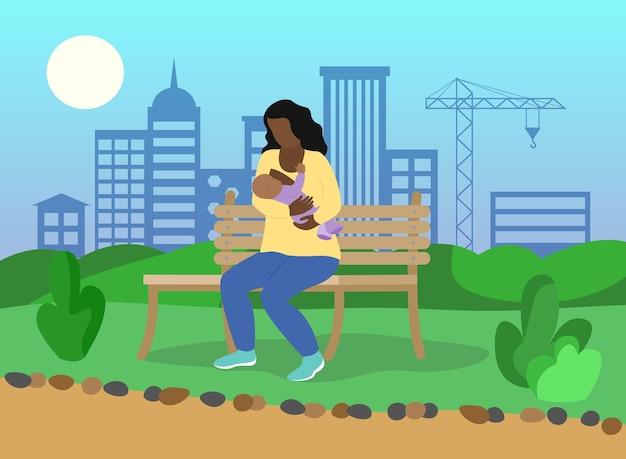 Amamentando em público mulher afro-americana alimenta bebê no parque silhueta da cidade ao fundo