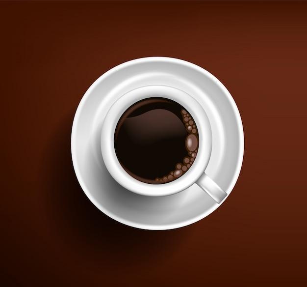 Americano branco clássico da xícara de café em um fundo do chocolate. vista de cima