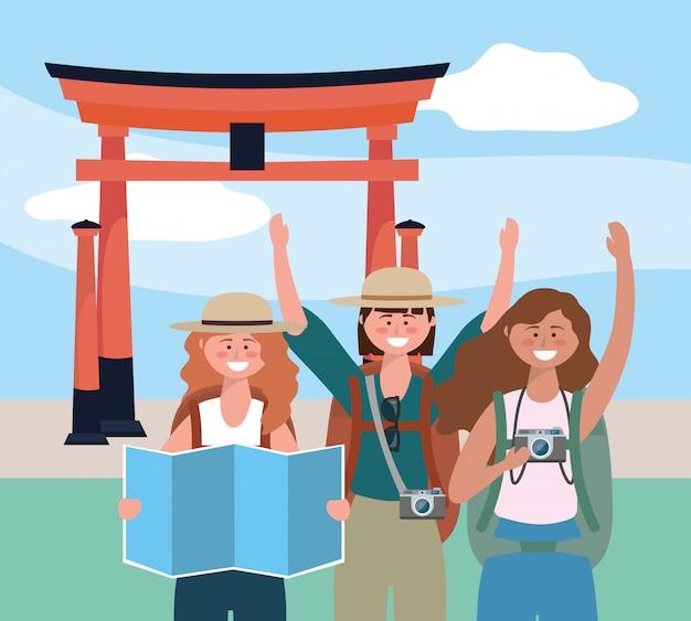 Amigas de mulheres com mochila e mapa global para escultura de tóquio