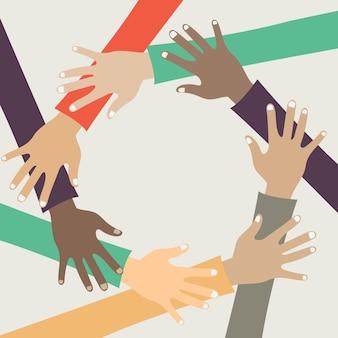 Amigos com pilha de mãos, mostrando a unidade e trabalho em equipe