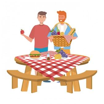 Amigos de homens fazendo piquenique