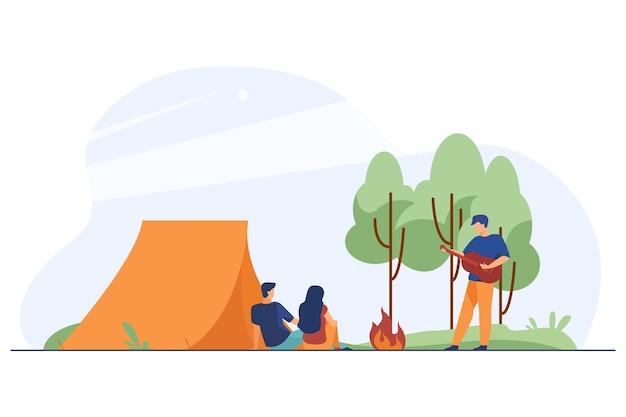 Amigos felizes acampando na natureza juntos