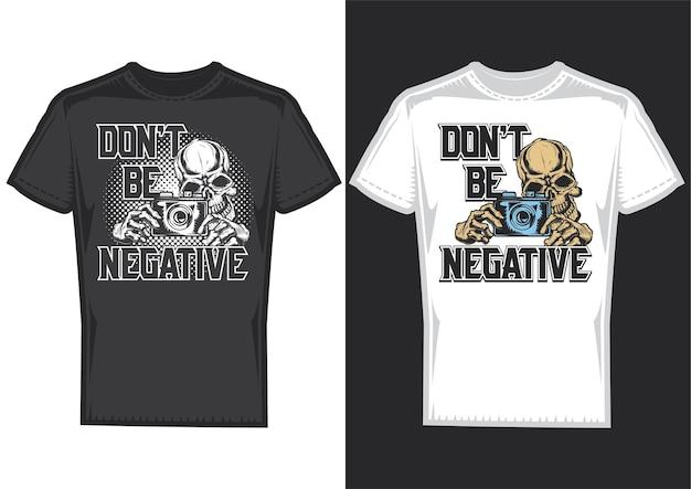 Amostras de design de camisetas com ilustração de um crânio de fotógrafo com câmera.