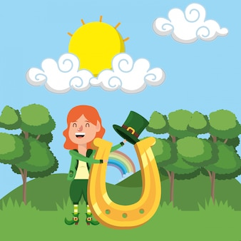 Anão garota segurando a ferradura ao ar livre