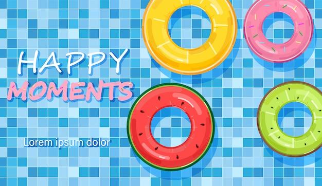 Anéis de piscina coloridos na água